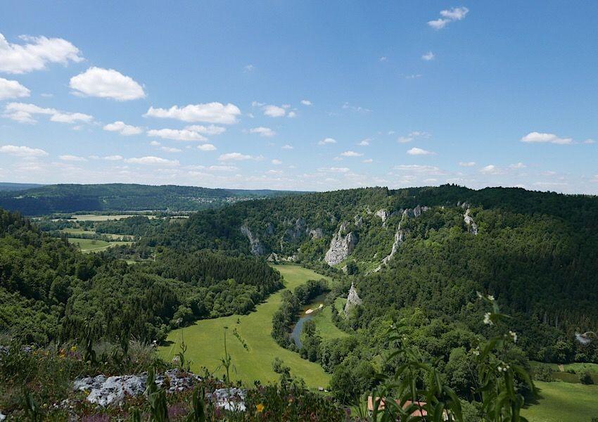 Gigantische Felsmassive prägen das Bild entlang der Donau
